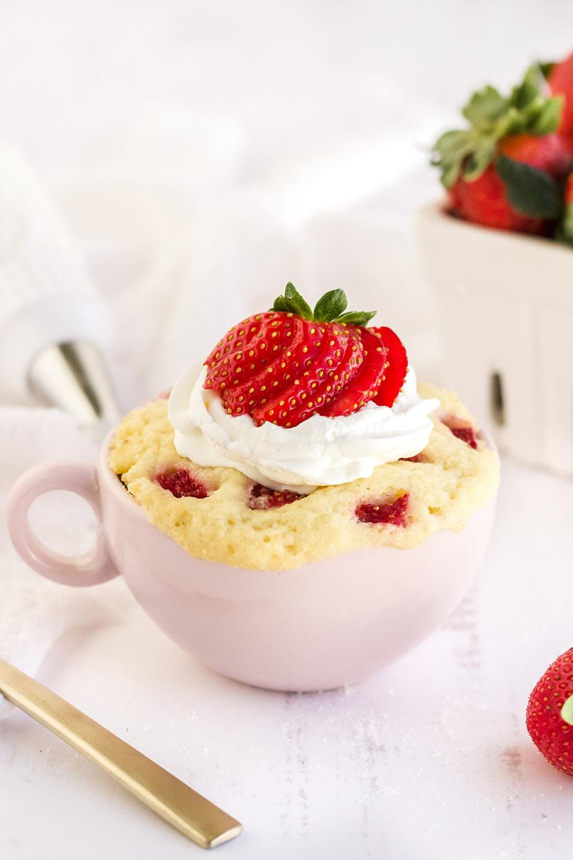 Strawberry cake in a pink mug.